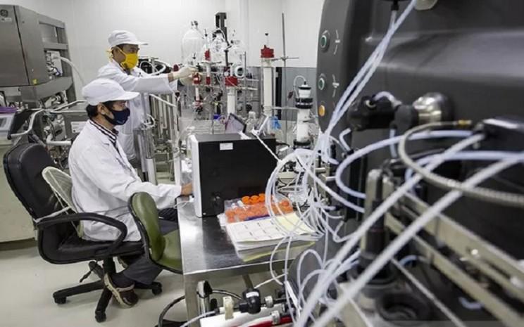 Peneliti medis beraktivitas di ruang riset vaksin Covid-19. - Antara