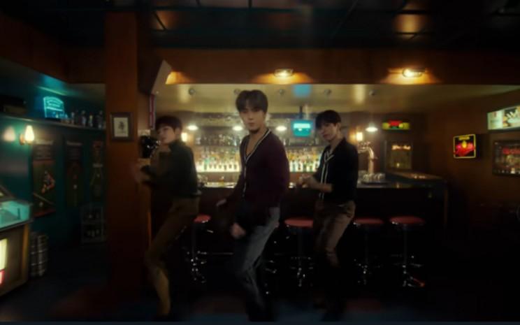 Tampil sebagai satu grup, anggotanya dibagi menjadi tiga unit, masing-masing dengan spesialisasi berbeda.  - Youtube