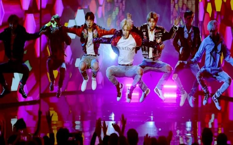 Boy Band K-Pop BTS tampil memukai di panggung  -  BBC.com