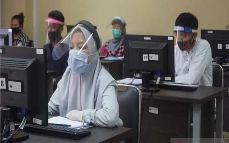Pelaksanaan Ujian Tulis Berbasis Komputer (UTBK) di Universitas Tidar (Untidar) Magelang. - Antara\\n\\n