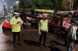 Truk Tanah Terjun dari Flyover Timpa Mobil TNI, Pengemudi Selamat