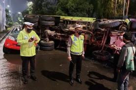 Truk Tanah Terjun dari Flyover Timpa Mobil TNI, Pengemudi…