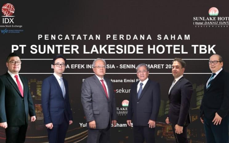 Foto bersama para direksi PT Sunter Lakeside Hotel Tbk (SNLK) dalam seremoni pencatatan saham perdana di Bursa Efek Indonesia. - Istimewa