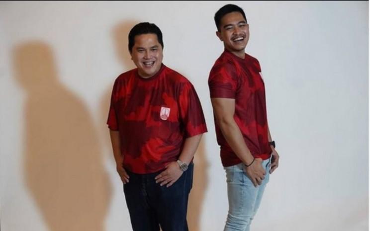 Erick Thohir dan Kaesang Pangarep, pemilik saham Persis Solo berfoto bersama dengan seragam klub.  - Instagram