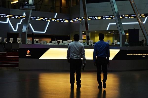 Pialang berjalan di Gedung Bursa Efek Indonesia. - Bloomberg/Dimas Ardian