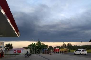 Asap Sisa Ledakan Kilang Balongan Menggelayut di Langit Indramayu