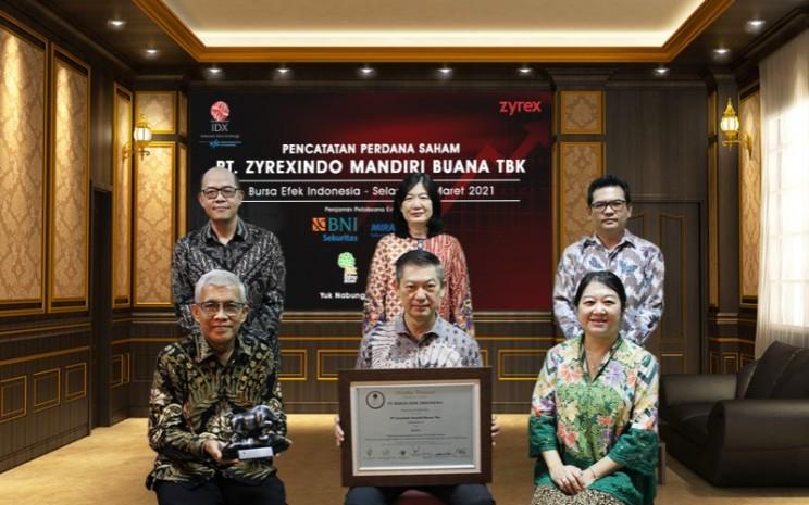 Jajaran direksi dan komisaris PT Zyrexindo Mandiri Buana Tbk (ZYRX) dalam seremoni pencatatan saham perdana di Bursa Efek Indonesia. - Istimewa