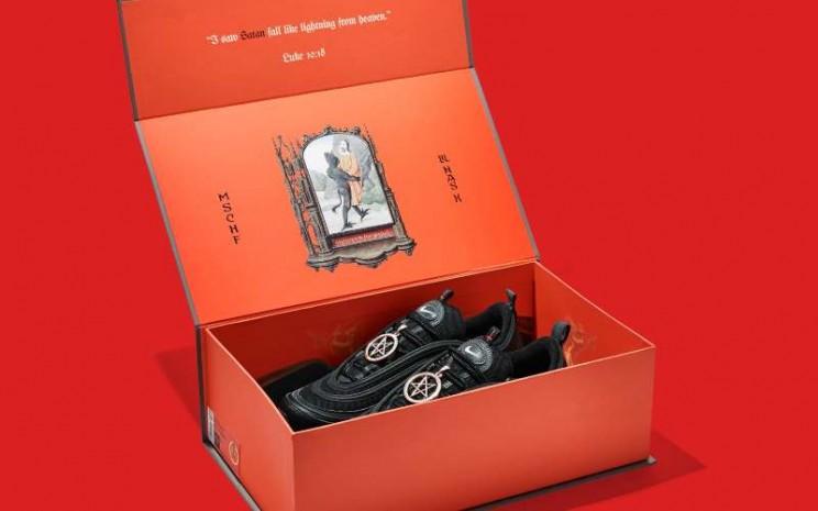 Penampakan Satan Shoes produksi Nike. - @saint