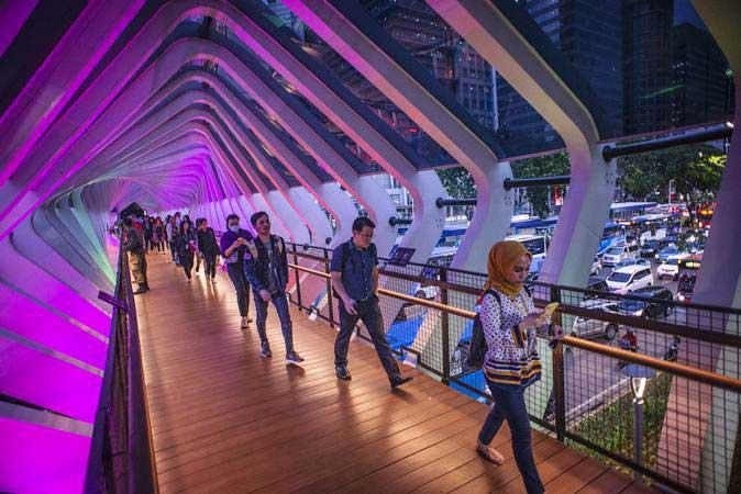 Pejalan kaki melintas di Jembatan Penyeberangan Orang (JPO) Gelora Bung Karno, Senayan, Jakarta, Kamis (28/2/2019). - ANTARA/Aprillio Akbar