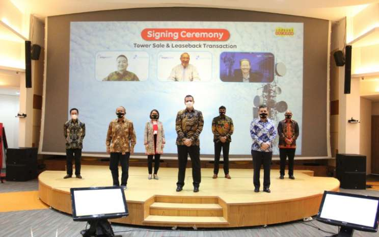 PT Indosat Tbk. (Indosat Ooredoo), pada Selasa (30/3 - 2021) mengumumkan penandatanganan perjanjian Jual dan Sewa Kembali dengan PT EPID Menara AssetCo untuk lebih dari 4.200 menara. President Director & CEO Indosat Ooredoo, Ahmad Al/Neama (tengah) bersama para DirectorIndosat Ooredoo berfoto bersama seusai penandatanganan penjualan tower bersama Marc Ganzi, President and CEO of Digital Colony (atas/kanan), Suresh Sidhu, CEO of Edge Point (atas/tengah), dan Yan Raymond Jafri, CEO of Centratama (atas/kiri)