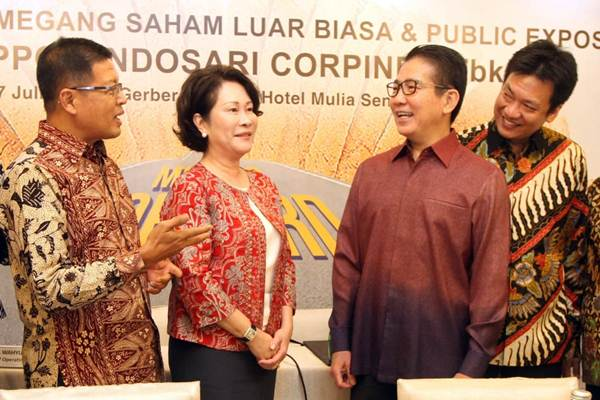 Presiden Direktur PT Nippon Indosari Corpindo Tbk Wendy Yap (kedua kiri), bersama Direktur Indrayana (dari kiri), berbincang dengaan Presiden Komisaris Benny Setiawan Santoso, dan Komisaris Jaka Prasetya, seusai rapat umum pemegang saham luar biasa perseroan, di Jakarta, Selasa (17/7). - JIBI/Endang Muchtar