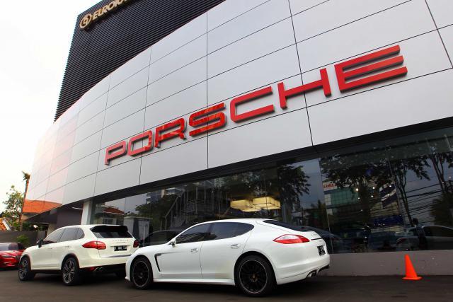 Diler Porsche Indonesia di Arteri Pondok Indah, Jakarta, Selasa (20/6/2017).  - JIBI/Dwi Prasetya