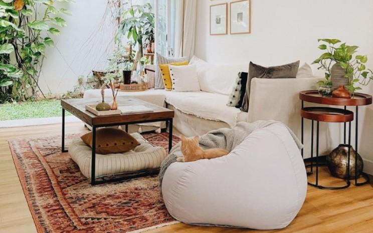 Secara keseluruhan, hunian hauz.of.momo ini mengusung konsep natural dan warm terlihat dari desain yang didominasi material kayu baik dari lantai hingga furnitur.  - IG @hauz.of.momo