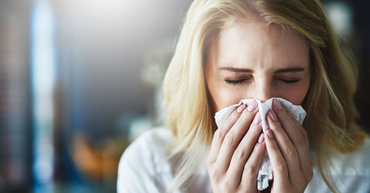 Seorang perempuan sedang menutup hidung saat bersin dan batuk, untuk mencegah penularan virus. - ilustrasi