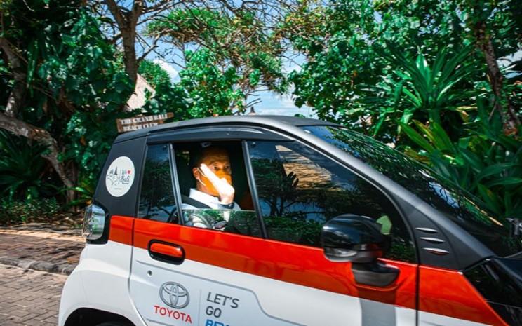 Menteri Perindustrian Agus Gumiwang Kartasasmita menjajal mobil listrik murni Toyota dalam proyek EV Smart Mobility di Bali, Rabu (31/3/2021).  - Kementerian Perindustrian