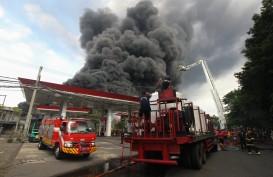 Pabrik dan Gudang Palet Plastik di Tandes Terbakar, 22 Unit Mobil Kebakaran Jinakkan Api