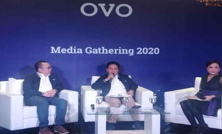 Co-Founder/CEO Bareksa Karaniya Dharmasaputra (kiri) dan Mirza Adityaswara (tengah) saat konferensi pers usai ditunjuk menjadi komisaris utama OVO. - Bisnis/Akbar Evandio