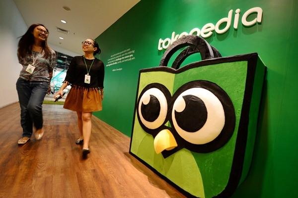 Karyawati berjalan di kantor Tokopedia, di Jakarta. - Bloomberg/Dimas