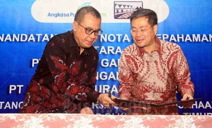 Direktur Utama PT Angkasa Pura I (Persero) Faik Fahmi (kiri) dan Direktur PT Gudang Garam Tbk. Istata T. Siddharta menandatangani nota kesepahaman rencana kerja sama pengusahaan Bandara Dhoho Kediri di Jakarta, Selasa (10/3/2020). Bisnis - Triawanda Tirta Aditya