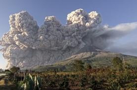Gunung Sinabung Menyemburkan Abu Vulkanik 2.000 Meter