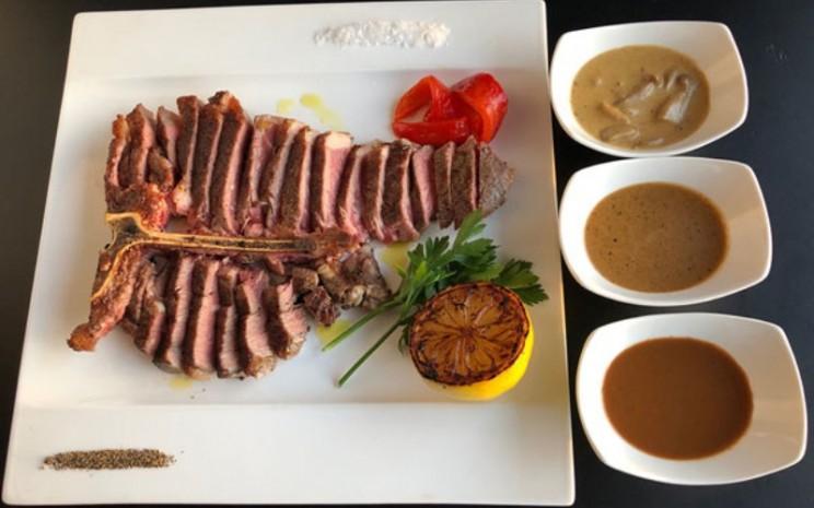 Hidangan steik dari daging sapi jenis Charolais de Bourgogne.  - The 9th Floor