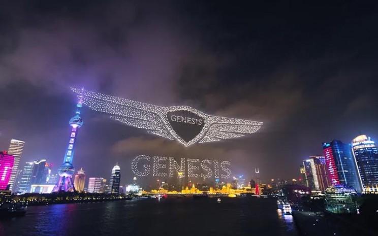 Ribuan drone membentuk logo Genesis, merek mobil mobil mewah Hyundai di langit China.  - Genesis