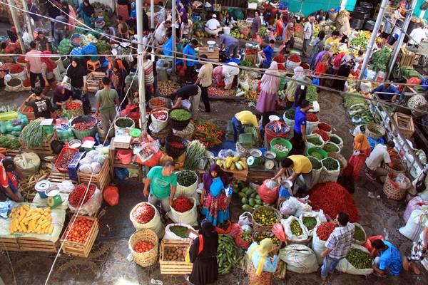 Warga berbelanja berbagai kebutuhan pokok dan bumbu pada hari meugang Ramadan di pasar tradisional, Peunayong, Banda Aceh, Sabtu (4/6).  - Antara