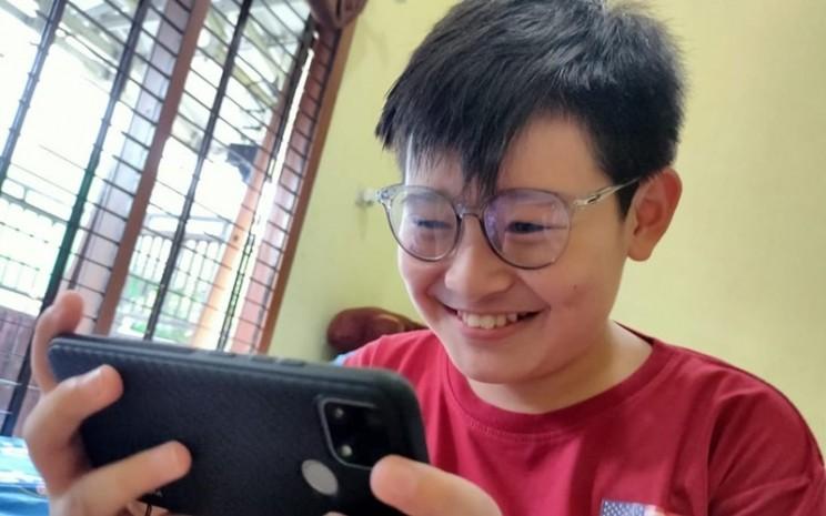 Anak pakai kacamata anti radiasi