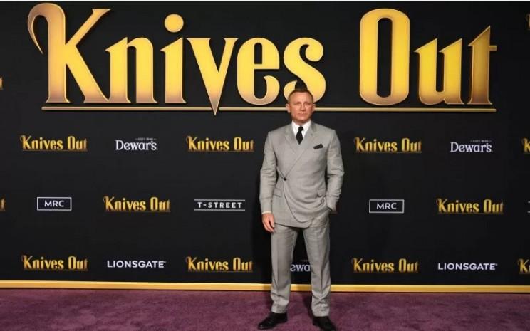 Daniel Craig bergaya di acara peluncuran penayangan perdana 'Knives Out' di Los Angeles, California, AS, 14 November 2019  - Antara/REUTERS