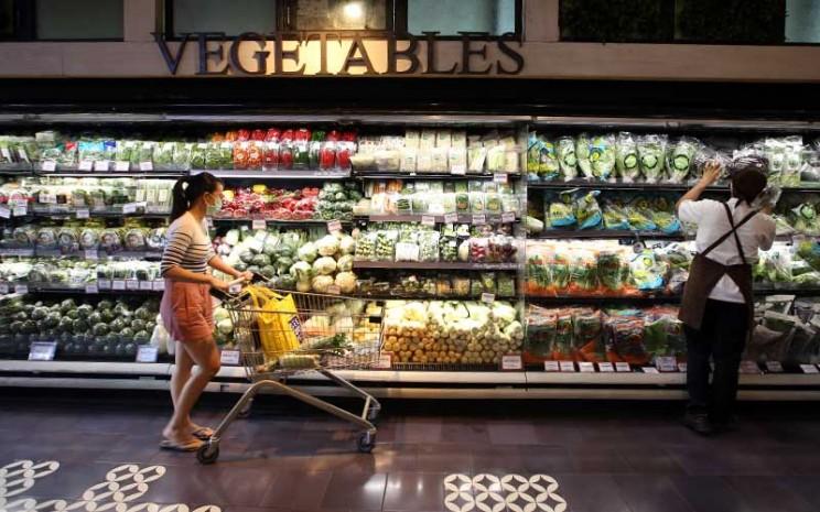 Konsumen memilih sayuran di salah satu super market di Jakarta, Rabu (9/9/2020). Bisnis - Abdullah Azzam