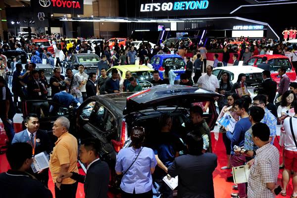 Pengunjung melihat mobil yang dipamerkan pada Indonesia International Motor Show (IIMS) 2017 di JIExpo Kemayoran sebelum pandemi Covid-19. ANTARA FOTO - Zarqoni Maksum