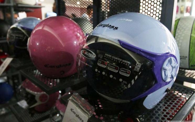Helm Cargloss yang dikhususkan untuk para hijabers.  - Antara News/Cahirul Rohman)