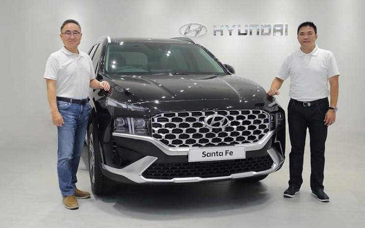 President Director PT Hyundai Motors Indonesia SungJong Ha (kiri) dan Chief Operating Officer HMID Makmur dalam Peluncuran New Hyundai Santa Fe.  - PT Hyundai Mobil Indonesia