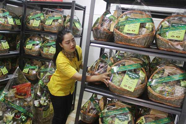 Pekerja menata parsel berbahan kue kering di sebuah pabrik roti di Malang, Jawa Timur, Selasa (13/6). - Antara/Ari Bowo Sucipto