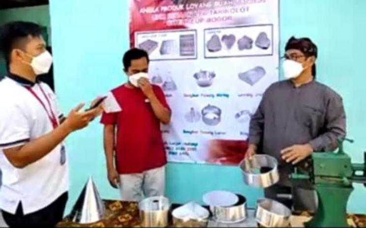 H. Nuryaman, pemilik UD Aneka Loyang (kanan). Loyang adalah wadah untuk menampung adonan makanan, seperti kukis atau biskuit untuk kemudian dipanggang.  - Bisnis.com