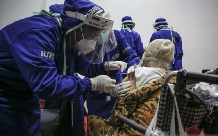 Petugas kesehatan menyuntikkan vaksin Covid-19 kepada lansia di Istora Senayan, Jakarta, Senin (8/3/2021). Kementerian BUMN menggelar Sentra Vaksinasi Bersama Covid-19 bagi lansia untuk mendorong percepatan program vaksinasi nasional demi mencapai target satu juta vaksin per bulan.  - Antara\\r\\n