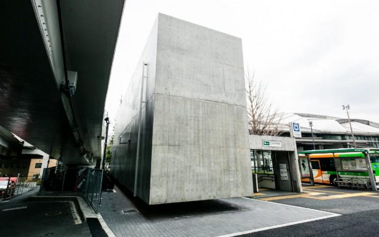 Melayang. Bangunan toilet terselip di antara pintu keluar stasiun jalur A5 dan jembatan layang raksasa.  - Timeout