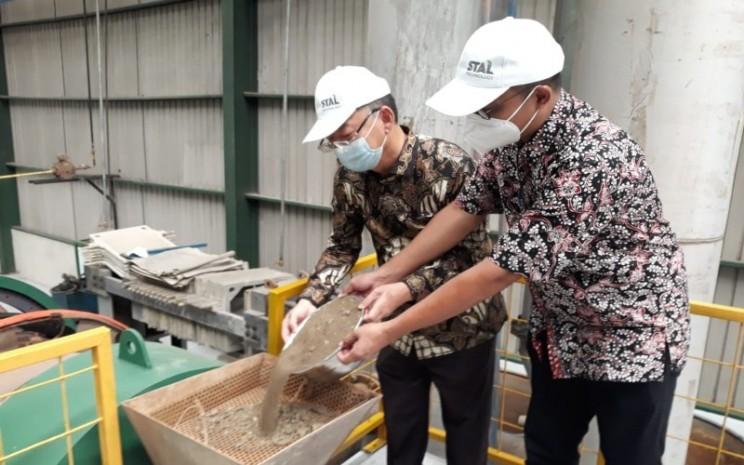 Asisten Deputi Bidang Investasi Strategis Kemenko Kemaritiman dan Investasi, Bimo Wijayanto (kanan) bersama Direktur Utama PT Trinitan Metals and Minerals Tbk, Petrus Tjandra (kiri) melakukan prosesi memasukan bijih nikel untuk diolah dengan teknologi STAL.