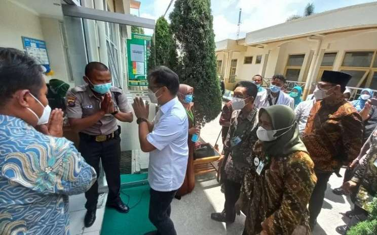 Menkes RI Budi Gunadi Sadikin saat meresmikan dan melakukan peninjauan langsung RSOMH di Bukittinggi, Jumat (9/4/2021).  - ANTARA