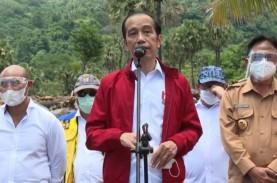 Momen Jokowi Berikan Jaketnya ke Korban Bencana di…