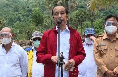 Momen Jokowi Berikan Jaketnya ke Korban Bencana di NTT