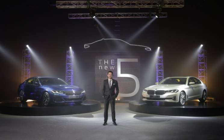 Dua varian terbaru dari BMW Seri 5, yaitu 520i M Sport dan 530i Opulence.  - BMW Group Indonesia.