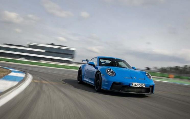 Porsche 911 GT3 anyar dalam uji coba di lintasan balap.  - newsroom.porsche.com