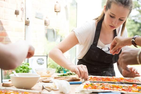 Ilustrasi chef yang sedang memasak  -  Thecookingacademy