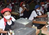 Suasana pekerja di ruang produksi pabrik rokok PT Digjaya Mulia Abadi (DMA) mitra PT HM Sampoerna, Kabupaten Madiun, Jawa Timur, Selasa (16/6/2020)./Antara - Siswowidodo