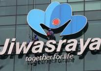 Pekerja membersihkan logo milik PT Asuransi Jiwasraya (Persero) di Jakarta, Rabu (31/7). Bisnis/Abdullah Azzam