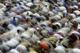 Tarawih Berjamaah di Masjid Surabaya Menerapkan Protokol…