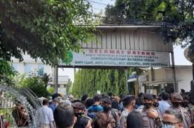 Sidang Lanjutan Rizieq Shihab, Warga Tertahan di Depan…