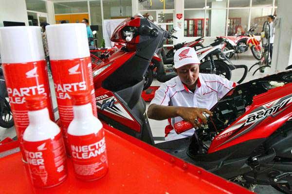 Mekanik mendemonstrasikan penggunaan produk Honda Injector & Part Cleaner saat peluncurannya di Mitra Pinasthika Mulia Part Centre, Sidoarjo, Jawa Timur, Jumat (23/2/2018). - JIBI/Wahyu Darmawan