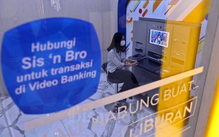 Nasabah berbicara dengan karyawan melalui Video Banking di salah satu Kantor Cabang Bank BCA di Jakarta, Rabu (23/9/2020). Bisnis - Eusebio Chrysnamurti